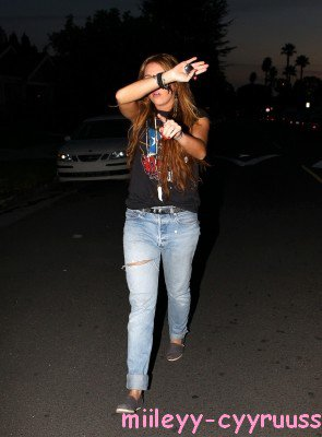 Le 20 Fevrier 2011Notre Miley sortait de la maison d'une de ses amies à Los Feliz Plutôt Top Ou Flop ?Ensuite, Miley s'est rendue au Bowling pour retrOuver sOn Boyfriend Joshua.