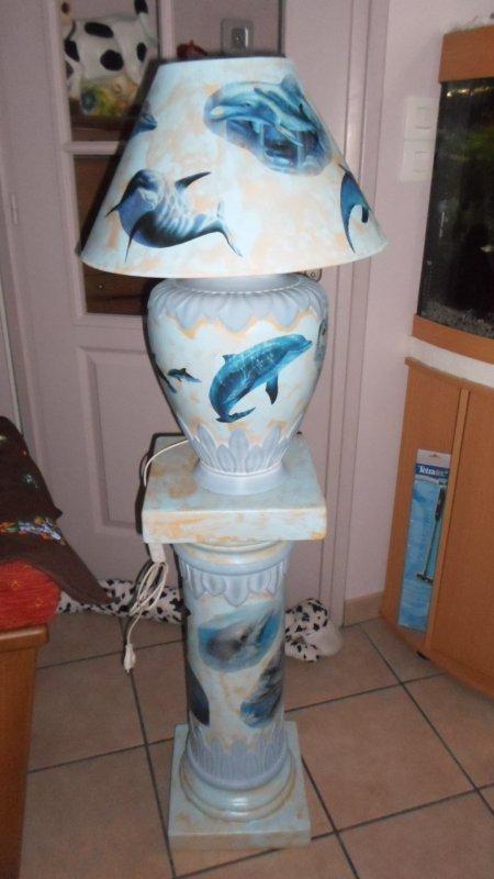 Très jolie lampe sur colonne décor DAUPHIN pour mon amie NANA   100 e