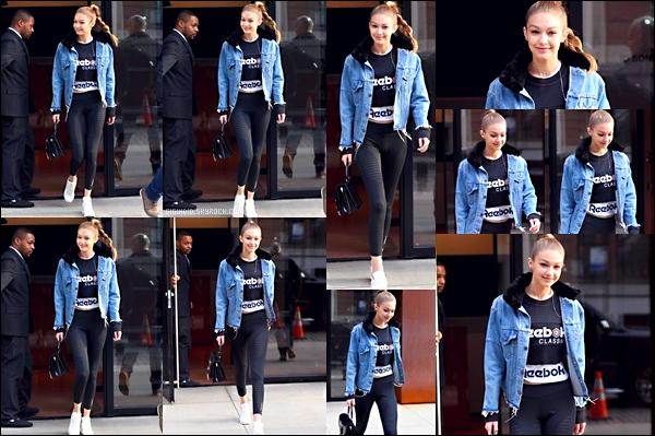 """.  19/01/2018 ♦ La belle Gigi Hadid à été aperçu quittant son appartement à Manhattan, New-York. Ce jour là, Gigi H. était très souriante ! J'aime beaucoup sa tenue all """"Reebok"""" je lui accorde un beau top! Sa veste est sympa. ."""