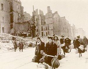 Bochum ma ville  1944 a 1945  .  225 Bombardements 4095 morts . le 4 nov 44 en 1 heure 130 000 bombes incendiares on frappé la ville  au total 550 000 bombes sont tombé sur notre ville .