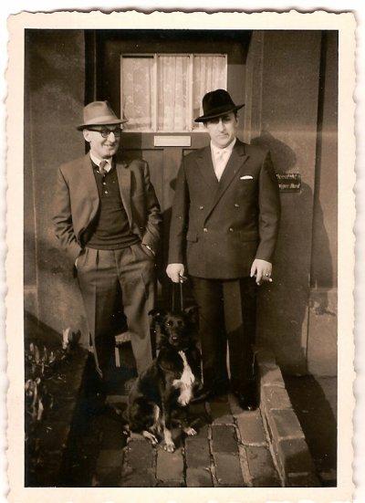 Je vous présente mon Grand Père Alfred a droite sur la photo Mineur de fond et notre chien Senta  45 ans de service au fond du trou et il n'a jamais pris un congé de maladie ou des vacances dans sa vie ,Il c'est fait arracher un doigt et a passé 3 semaines(Im Bergmannsheil)Hôpital des Mines suite a un accident sa tête avait été écrasé entre les Wagonnets (Lorries )d'un convoie de charbon ,