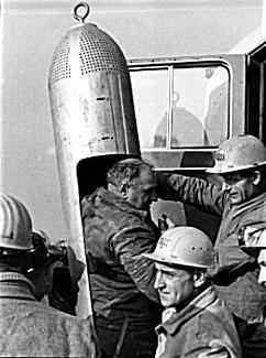 Le calvaire des mineurs chiliens a pris fin ,les mineurs bloquées depuis deux mois continuaient un par un a retrouver la lumière du jour ,accueillis en héros par leur familles et le monde entier fasciné par un sauvetage hors du commun ,Cette technique et technologie a trouvé son origine en Allemagne suite a la catastrophe minière de1955  ou 11 mineurs de fond lors d' un incendie des galeries  ont pu être remonte a la surface d'une profondeur de 900 mètres a l'aide d'un puit de secours et d'une nacelle long de 2 mètres et de de 35cm de diamètre et elle a été utilisé une deuxième fois en 1963 se que les allemands appellent le miracle de Lengende ,