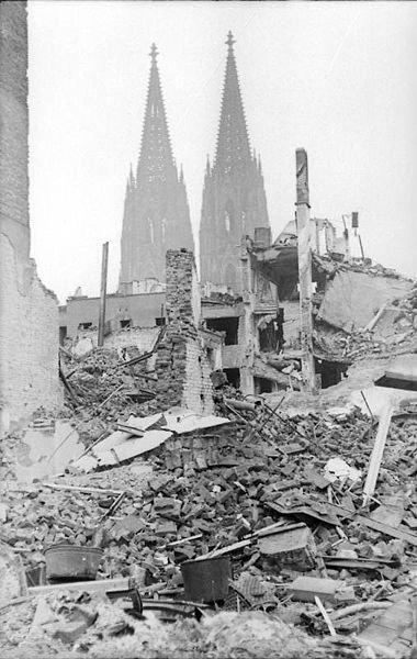 Köln /Cologne + 2000 ans d'histoire et   Fin Juin 1943 après avoir entendu l'avis de Hitler sur la destruction des villes et centre villes de la région industrielle de la Ruhr ,Göbbels notait son avis dans son journal intime (Tagebuch)