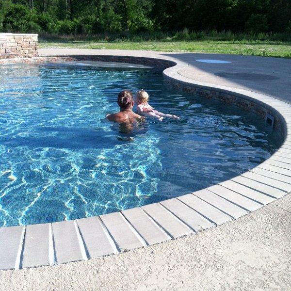 Jeff apprend a sa fille a nager :$