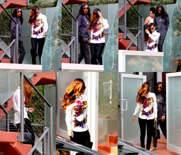 Toujours le 6 Février Rihanna devant la résidence de Chris Brown; à savoir que Rihanna était présente au tribunal avec Chris !