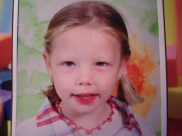 voici la premiére photo d'école de ma fille maéra.a l'age de 3 ans et demi.