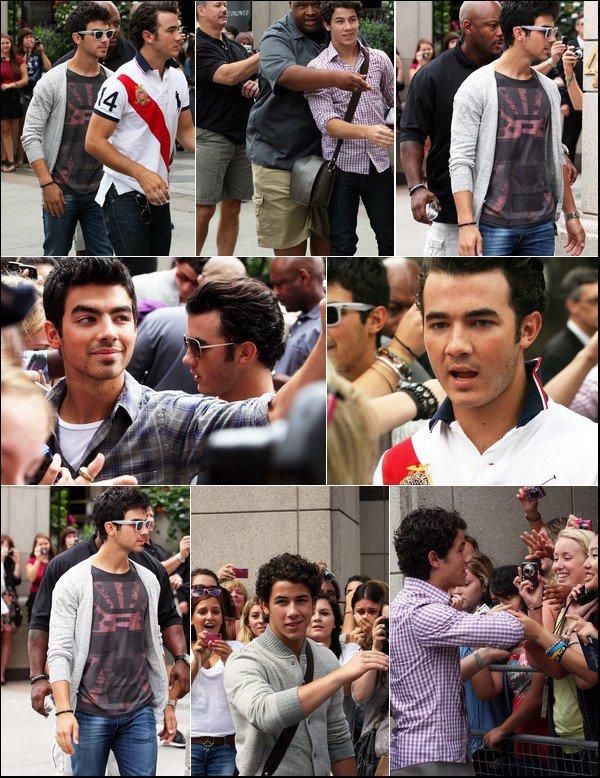00    3 Septembre 2010 :  Les jonas signant des autographes à la sortie de leur hôtel à Toronto.   00