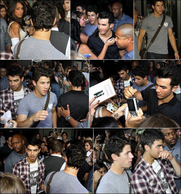 00    4 Septembre 2010 :   Les Jonas arrivant à leur hôtel à Montréal.   00