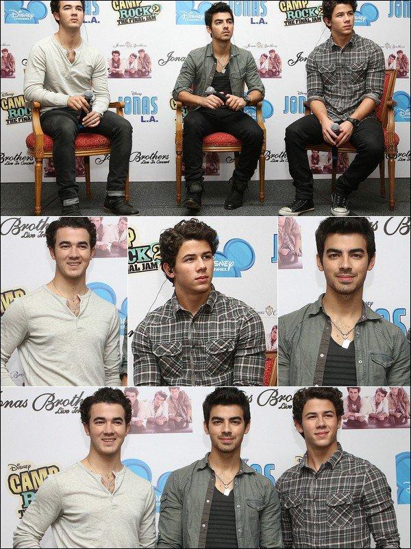 00    24 Octobre 2010 :  Les Jonas ainsi que Demi Lovato ont participé à une conférence de presse à Mexico.00