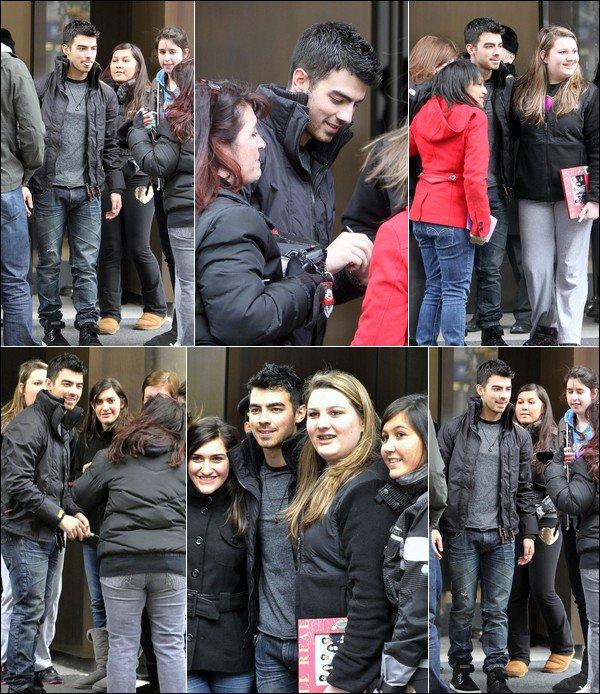 00     14/03/11  Joe posant avec des fans devant le Trump Hotel à NY. 00