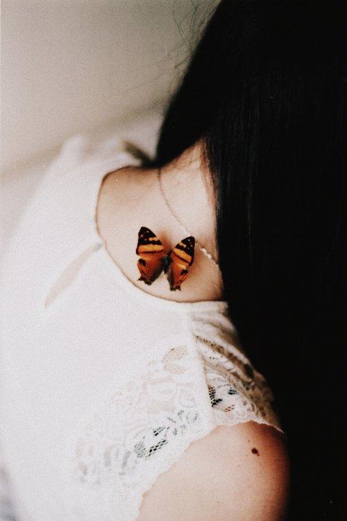 """"""" Ça fait mal d'apprendre à quitter ceux qui nous quittent, d'apprendre à les aimer en silence, le dos tourné, les yeux baissés. De devoir apprendre à son coeur la force de se vider tout en demeurant habité. Apprendre à pleurer en souriant, à s'en aller en aimant..."""""""