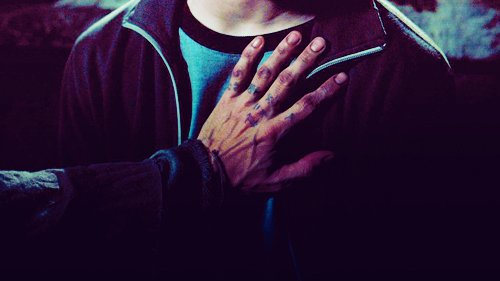 """"""" Mais vous savez, on peut trouver du bonheur même dans les endroits les plus sombres. Il suffit de se souvenir d'allumer la lumière."""""""