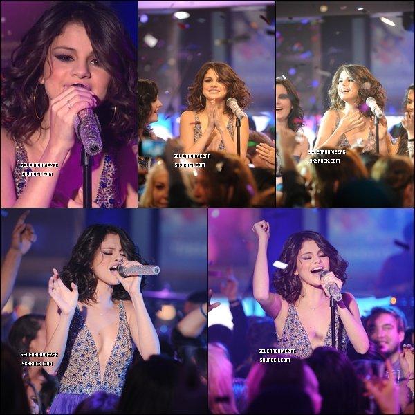 .  Le 01/01/12/. Selena Gomez et Demi Lovato étaient présente à MTV Réveillon du Nouvel An Selena Gomez à aussi  chanter. Vous aimez sa tenue ?  .