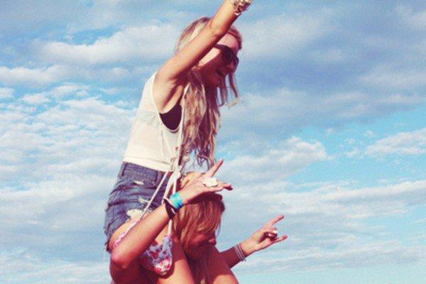 Comme un souvenir heureux, mais flou. J'ai l'impression de me rappeler de tout, nos rires, nos secrets partagés, nos gaffes, notre complicité.. Mais le temps en efface les détails de ma mémoire, et chaque jour j'oublie un peu plus. Je cours après le spectre de notre amitié, mais n'arrive pas à le rattraper. Pourtant tu m'avais promis, tu m'avais juré que nous serions toujours amies. Tu avais certainement omis de préciser que nous ne le serions uniquement dans nos souvenirs.