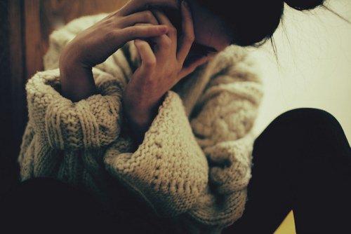 Je t'ai longtemps fuis, mais j'ai la douloureuse impression que tu regagnes peu à peu la distance que j'avais eu tant de mal à mettre entre nous. Je te hais. Je hais la personne que tu me fais devenir, je hais les doutes et les peurs que tu instaures dans mon esprit, je me hais de n'être pas assez forte pour te résister. Je hais jusqu'à ton nom, jalousie.