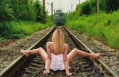 Chut, taisez-vous j'excelle, ouvre tes cuisses comme une gare/ J'suis pas un métro, gher, je suis un TGV sexuel/