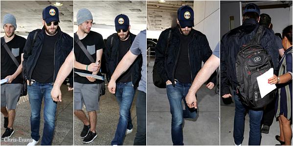 """● 24 Avril 2017 : Chris Evans à été aperçut alors qu'il arrivé seul à l'aéroport """"LAX"""" qui est à Los Angeles. J'aime bien comment il est habillé sur les photos, il va commencer une petite carrière a Broadway dans """"Lobby Hero""""."""