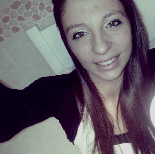 <Marie Pacheco; Gueules de merde? Je vous emmerde. Toujours le sourire, pas besoin dvous mentir ♥. >