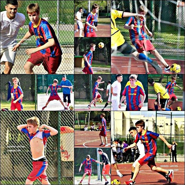.   04/04/11  Justin à été aperçus jouant au foot avec Ryan ( qu'on ne voit pas sur les photos ) à Madrid !    Je préfère le Justin chanteur  ;)  . Tu aime le Justin footballeur ?    .