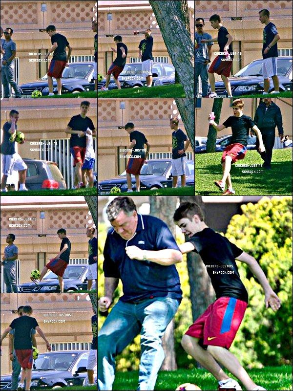 .   07/04/11  Justin jouant au foot dans la rue avec Ryan .   Décidemment Justin ne quitte plus son ballon  :)  ! tu aime ?  :)     .