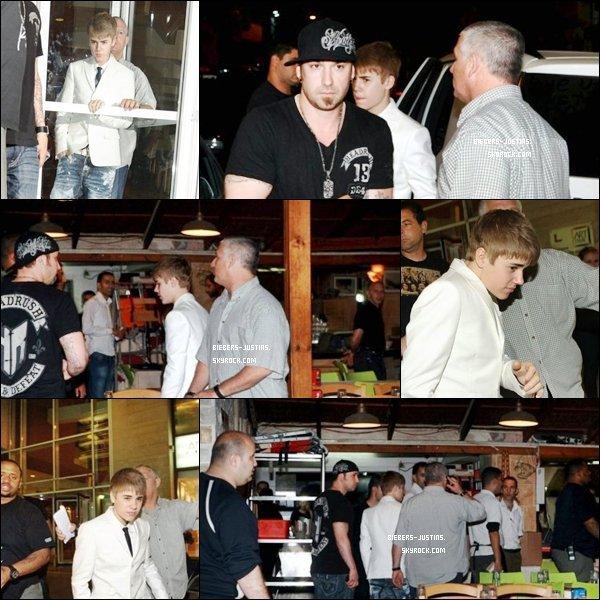 .   12/04/11  Justin en Israel , arrivant au restaurant , fesant du scooter sur la plage et devant son hôtel à Tel Aviv .   Ses vetements sont vraiment un TOP  ! tu aime ?  :)     .