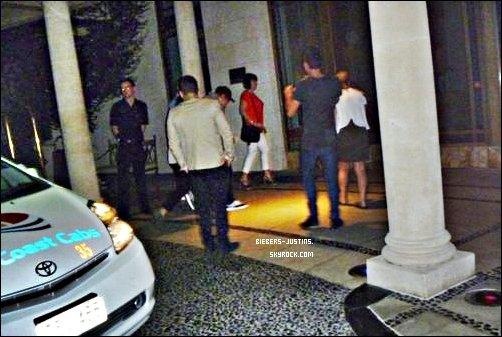 .   24/04/11 -   Justin et selena à une réunion en Indonésie .   Les vetements de Justin sont simple mais beau . Tu aime ?  :)     .