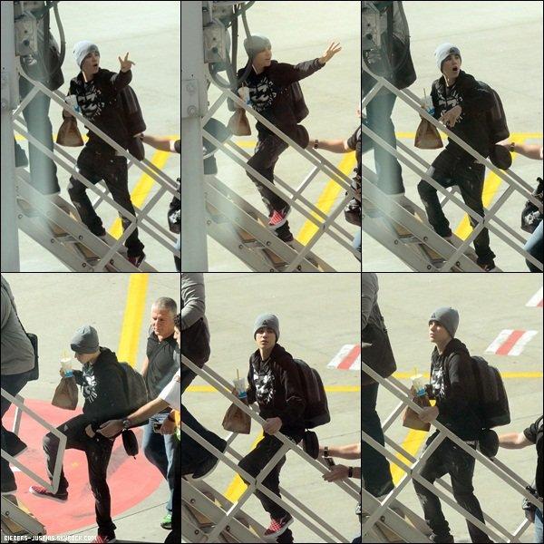 .   26/04/11 -    Justin jouant au basket entre deux concert récemment .   Justin a l'air de vraiment s'amuser !  :)     .