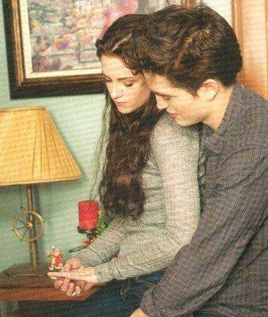 TWILIGHT = Une histoire d'amour envoutante a la Roméo et Juliette entre une humaine et un vampire.