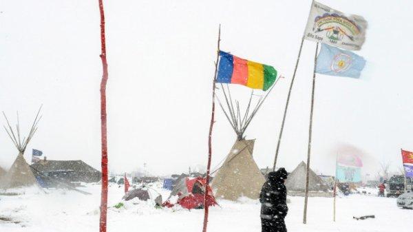 Le gouverneur du Dakota du Nord ordonne l'évacuation du camp de Standing RockLe camp Oceti Sakowi,