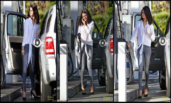 Selena est allez mettre de l'essence dans son véhicule alors qu'elle discute sur son téléphone sur la route de Los Angeles mardi après-midi (Décembre 3).  en passant par McDonald !