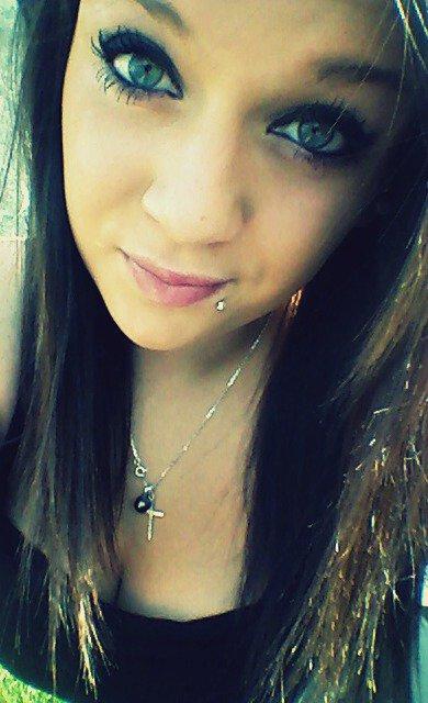 Je peux être dûre, je peux être forte Mais avec toi, ce n'est pas du tout comme ça Il y a une fille qui en a quelque chose a foutre Derrière ce mur que tu viens de traverser  Et je me souviens  Toutes ces choses folles que tu as dites Tu les as laissées tourner dans ma tête Tu es toujours là, tu es partout Mais maintenant je voudrais que tu sois là  Tous ces trucs dingues qu'on a fait On n'y a pas réfléchi, c'est venu comme ça Tu es toujours là, tu es partout Mais maintenant j'aimerais que tu sois là ..