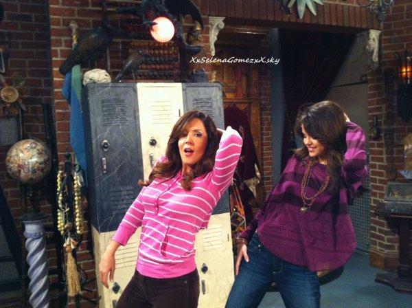 Bonjour! Voila une photo de Selena et Maria sur le tournage de la série « Les Sorciers de Waverly Place », provenant du Twitter de Maria.