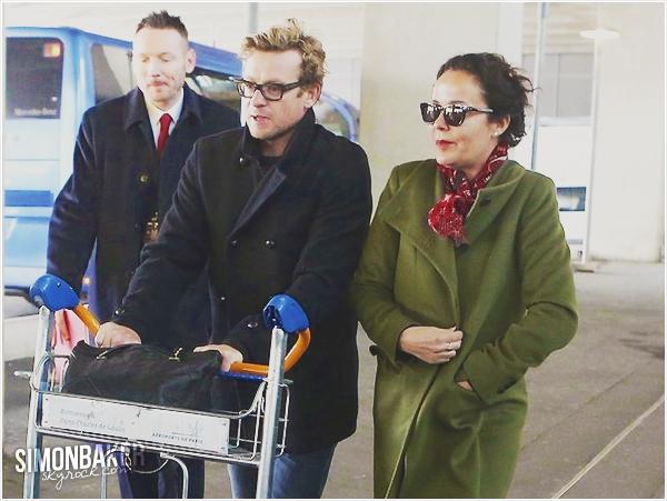 06.04.13 Simon et sa femme Rebecca Rigg, sont à Paris ! En effet, le comédienprésentera son film « I Give It A Year » lors de l'AP ce 10 avril !