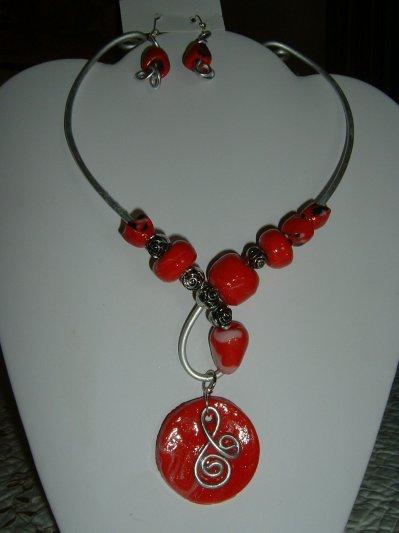 parure collier fil aluminium argent avec perles et pendentif en p te fimo rouge cr ations de. Black Bedroom Furniture Sets. Home Design Ideas
