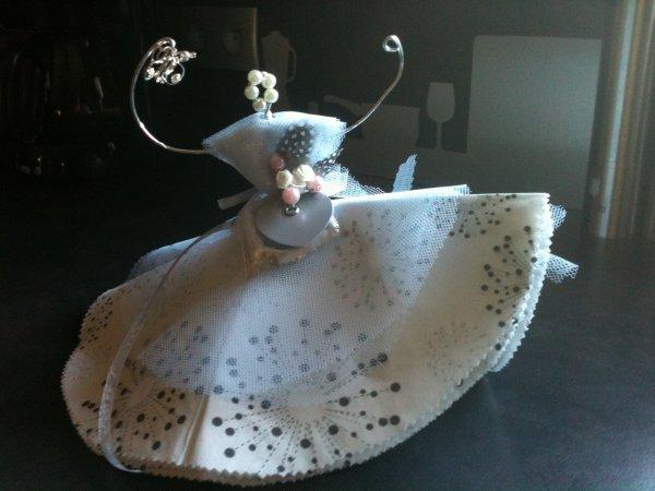 Décorations de mariage : Une  Petite Ballerine en fil d'alu, Tulle et serviettes en papier.