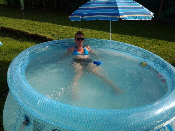 18.08.2012 - Ma petite femme dans la piscine.