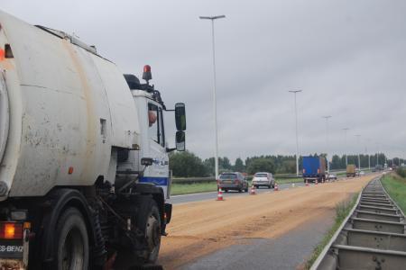 Mouscron: un camion perd tout son blé sur l'A17 --- J'y étais (bouchons de + ou - 30 minutes)