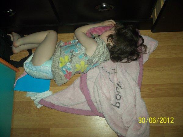 Ma crapule qui s'est endormie par terre au lieu de son lit