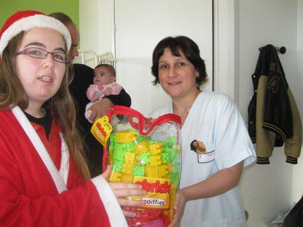 Notre père Noel qui offre le cadeau au service pédiatrique !!