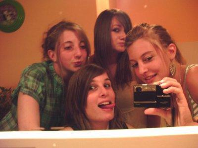 ~ L'amitié double les joies et réduit de moitié les peines.