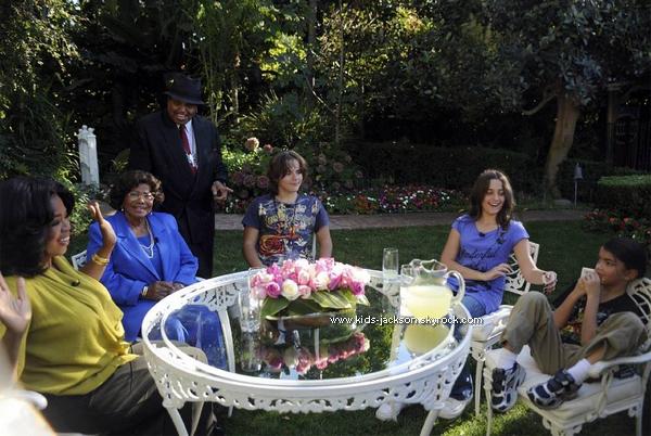 * Prince, Paris & Blanket en interview dans l'émission d'Oprah Winfrey !* Les enfants de Michael Jackson, Prince, Paris et Blanket, ont donner leur première interview dans la propriété de leurs grand-mère à Encino par la star de la télévision américaine, Oprah Winfrey. L'émission diffusée le 8 novembre prochain a provoqué la foudre de Randy Jackson, l'un des frères du chanteur, mais aussi de ses fans.  Randy, l'un des frères de Michael, a laissé éclaté sa colère en apprenant l'existence de cette interview, un mois après le tournage. «Je sais que Michael n'aurait pas souhaité cela. En réalité c'est la dernière personne sur terre qu'il voudrait voir auprès de ses enfants» a expliqué Randy selon le Telegraph. En 2005, rappelle-t-il, Oprah Winfrey avait dédié une émission à la pédophilie alors que son frère était jugé pour des abus sexuels sur mineurs. *