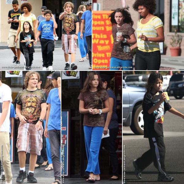 * Dimanche 03 octobre - Prince, Paris, Blanket et leurs cousins, sortant d'un fastfood à Las Vegas.*