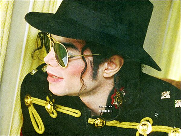 * Le plus mauvais jour de leur vie ... * Hier à eu lieu à Los Angeles le première audience pour la mort de Michael Jackson. Beaucoup de personnes se sont succédés pour témoigné. Quelques uns d'entre eux ont parler des enfants. * Faheem Muhammad à déclaré que le 25 juin, Prince et Paris & était à la porte d'entrée de la chambre de Michael lorsqu'il était en train de mourir ... Puis Paris s'est assise, à mis sa tête de sur ses genoux et à commencer à pleurer. Michael Amir Williams, lui à déclaré que lorsque que Michael était dans l'ambulance, il a aider Prince, Paris & Blanket à monter dans la voiture. En arrivant à l'hospital après l'ambulance, les enfants savaient déjà que leur père était mort. *