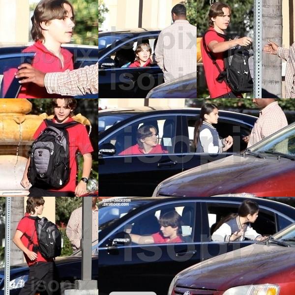 * *___/10/02/2011//__Prince, Paris & Blanket devant un hôtel à Hollywood. Prince & Paris rentraient de l'école !*