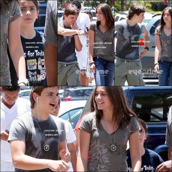 * 6/23/2O11 : PPB sortant du cinéma ou ils sont allés voir le film '' Green Lantern '' . Souriant nos trois amours! Découvre Paris, Latoya et Kathy Hilton sur 3 magnifique photo que Kathy a posté elle même sur son Twitter. *