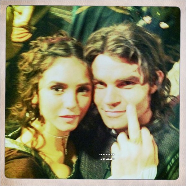 """Photo Twitter de Daniel Gillies (Elijah) accompagné de Nina Dobrev datant du tournage de l'épisode 2x19 """" Klaus"""" de The Vampire Diaries diffusé Jeudi dernier."""