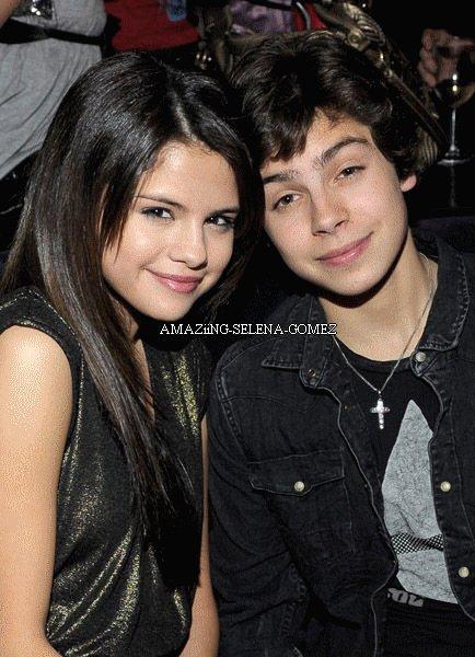 Jake T. Austin le 4 Décembre 2010 a fêté son anniversaire à Los Angeles dans une toute nouvelle boite Hollywoodienne. Selena était présente pour l'occasion.