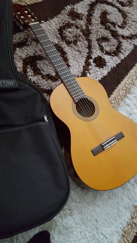 Guitare a vendre an urgance nesiter pas a me contacter merci