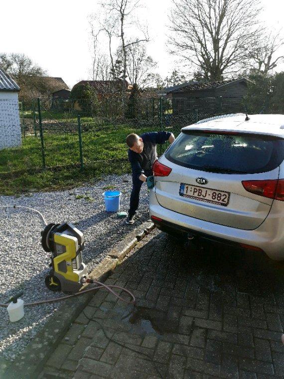Mon homme ki lave la voiture de son beau frère