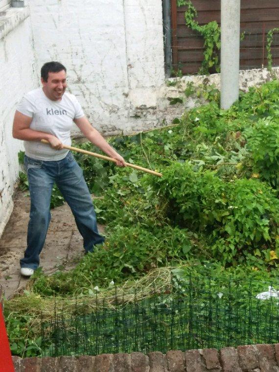 Volia gergory il fait son jardin